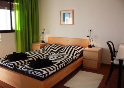 1205 Das weiße Schlafzimmer - Schlafzimmer Richtung Terrasse